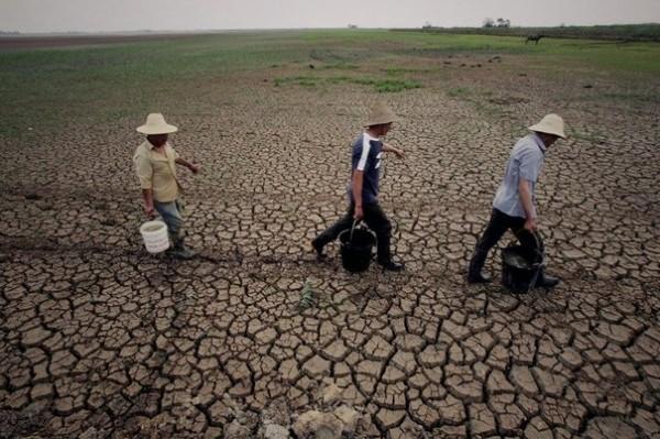 http://infos-75.com/infos75/wp-content/uploads/2013/03/117396_des-fermiers-transportent-des-sauts-d-eau-le-9-mai-2011-a-huangpi-au-centre-de-la-chine-touchee-par-une-secheresse-inedite-depuis-50-ans-600x399.jpg