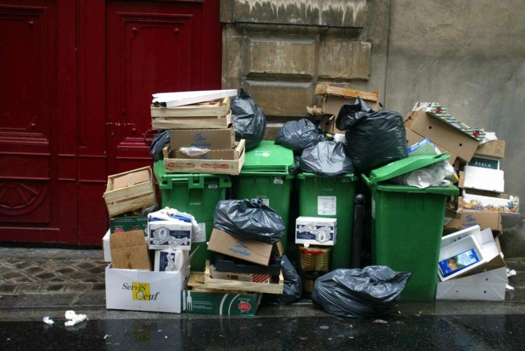 7767055272_photo-de-poubelles-prise-le-24-octobre-2002-sur-un-trottoir-a-paris-archives-1100x736