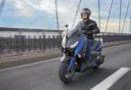 2018-Yamaha-X-MAX-400-EU-Phantom-Blue-Action-004
