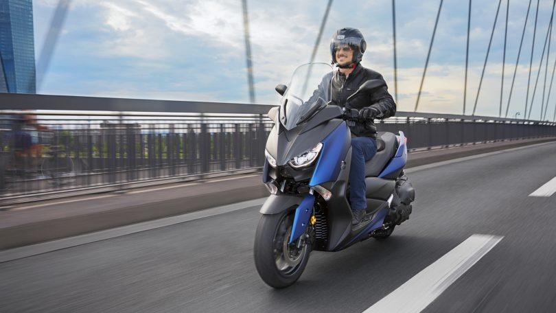 2018-Yamaha-X-MAX-400-EU-Phantom-Blue-Action-004