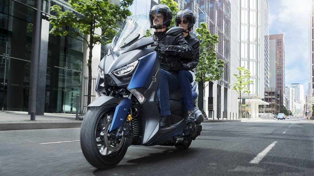 2018-Yamaha-X-MAX-400-EU-Phantom-Blue-Action-009