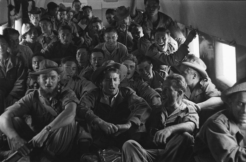 1952- Les soldats de Linares survolent en chantant la D.C.A du VietMinh dans un Bristol réquisitionné sur l'ordre du Maréchal de Lattre de Hanoï à Na Sam