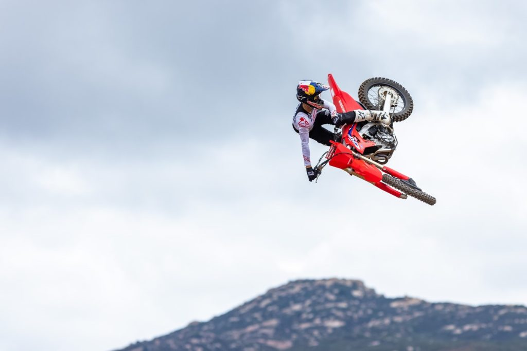 The new CRF250R is stronger than ever, gaining the MXGP championship-winning chassis of the 22YM CRF450R, plus extensive cylinder head development for a considerable low-rpm torque boost. New radiators improve efficiency, the clutch now has 9 plates, while the strengthened gearbox features revised ratios.