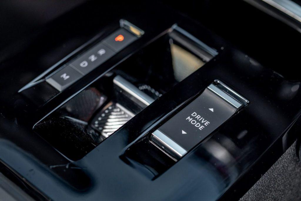 La commande de boîte auto se résume à ce petit basculeur chromé, à gauche du sélecteur des modes de conduite.